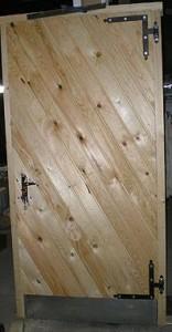 metallraamil puidust laudisega välisuks