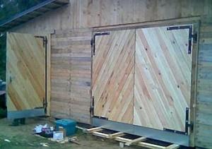 metallraamil puidust laudisega garaaziuksed