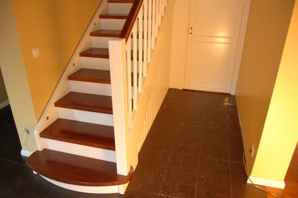 Peitsitud tammest, astmetega, valgeks värvitud männist põskede ja postidega kinnine trepp